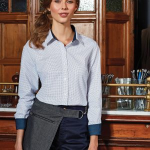 A cool and quirky addition to the Artisan collection, this apron is designed to be worn on the hip for handy pocket access. Features a tablet-friendly jeans style pocket and YKK zip pocket which detaches from the main body of the apron to allow print and embroidery applications to the front. An adjustable self-fabric waistband reaches around the waist and fastens together with an antique brass carabiner and D-ring. Hip apron with adjustable self-fabric waistband. D-ring and carabiner fastenings. Jeans style stitched pockets. Zipped pocket.